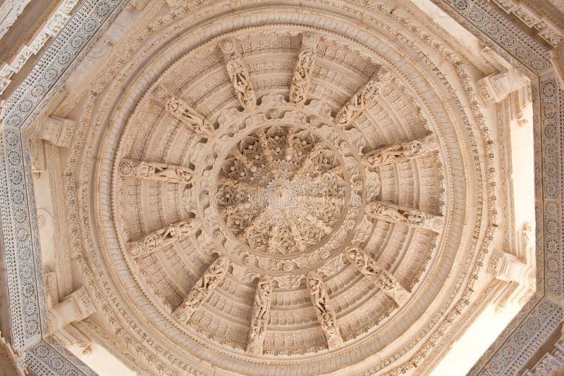 Διακόσμηση οροφής στον αρχαίο ναό Ranakpur Jain στο Ρατζαστάν της Ινδίας στοκ φωτογραφία με δικαίωμα ελεύθερης χρήσης