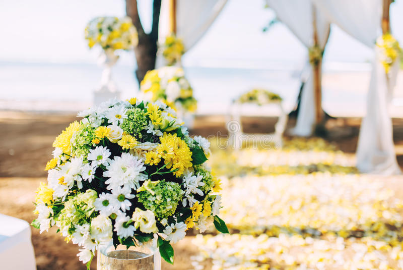 Διακόσμηση λουλουδιών, λεπτομέρειες στη γαμήλια οργάνωση παραλιών Ρομαντική και ιδιωτική τελετή της νύφης και του νεόνυμφου στοκ εικόνα