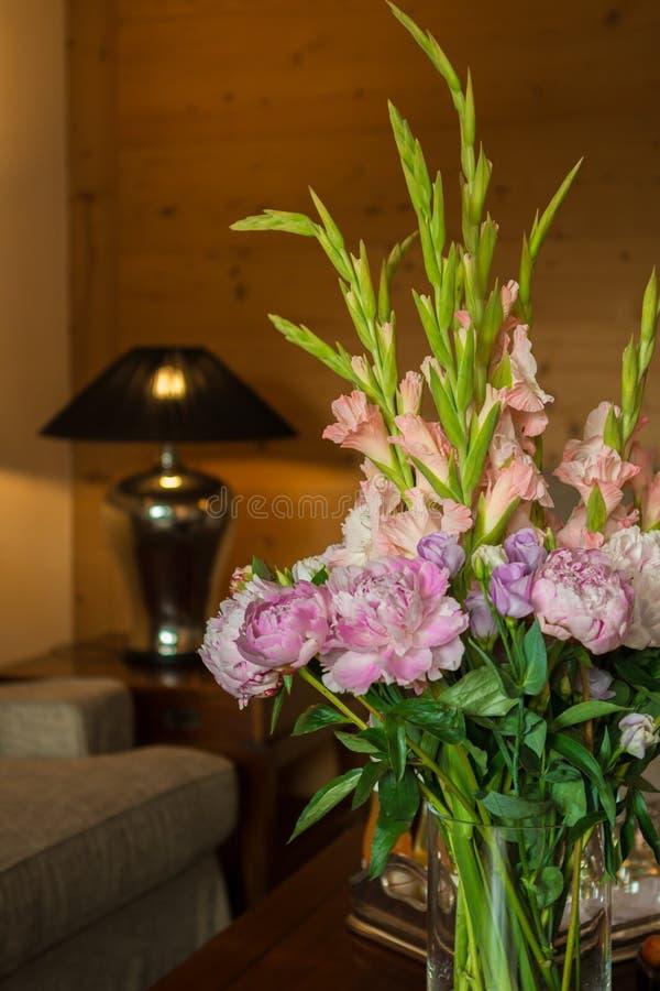 Διακόσμηση λουλουδιών στο δωμάτιο ξενοδοχείου στοκ φωτογραφία με δικαίωμα ελεύθερης χρήσης