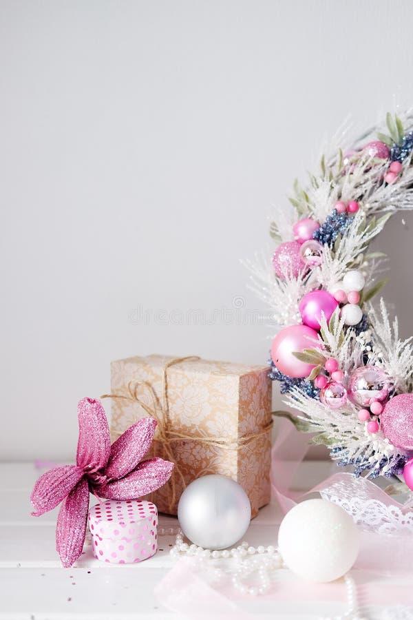 Διακόσμηση πορτών χειμερινών διακοπών στεφανιών Χριστουγέννων στο λευκό και την καρφίτσα στοκ φωτογραφίες