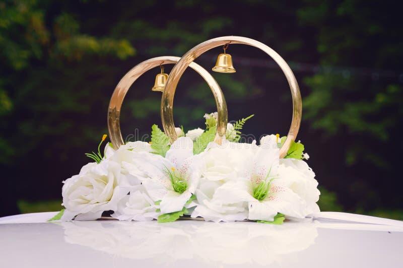 Διακόσμηση στο αυτοκίνητο - γαμήλια δαχτυλίδια στοκ εικόνα με δικαίωμα ελεύθερης χρήσης