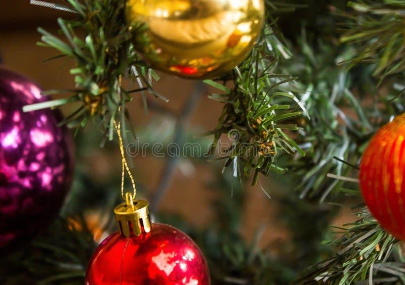 Διακόσμηση σφαιρών Χριστουγέννων στο δέντρο στοκ φωτογραφία με δικαίωμα ελεύθερης χρήσης