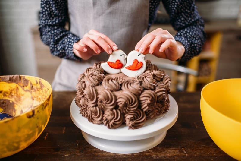 Διακόσμηση του κέικ σοκολάτας με τα μπισκότα στο λούστρο στοκ εικόνα με δικαίωμα ελεύθερης χρήσης