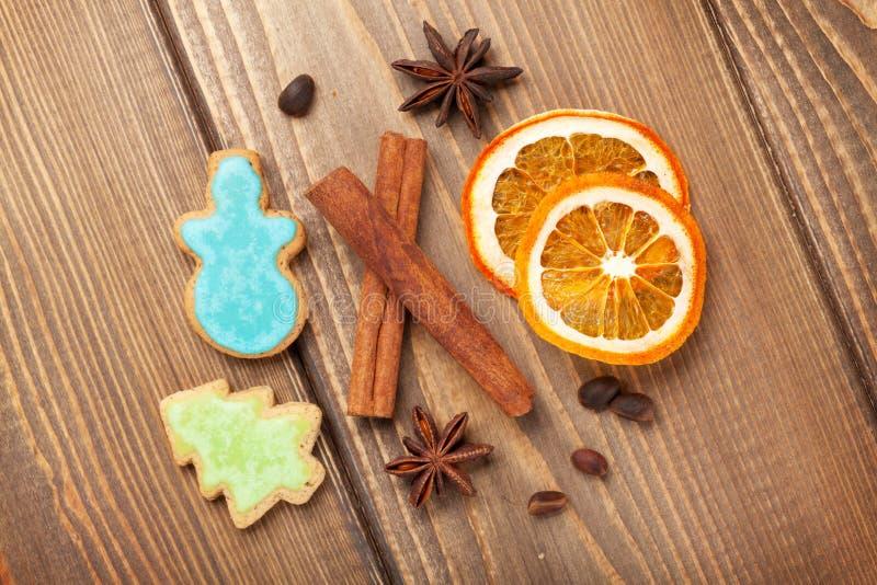 Διακόσμηση τροφίμων Χριστουγέννων με τα μπισκότα και τα καρυκεύματα μελοψωμάτων στοκ φωτογραφίες