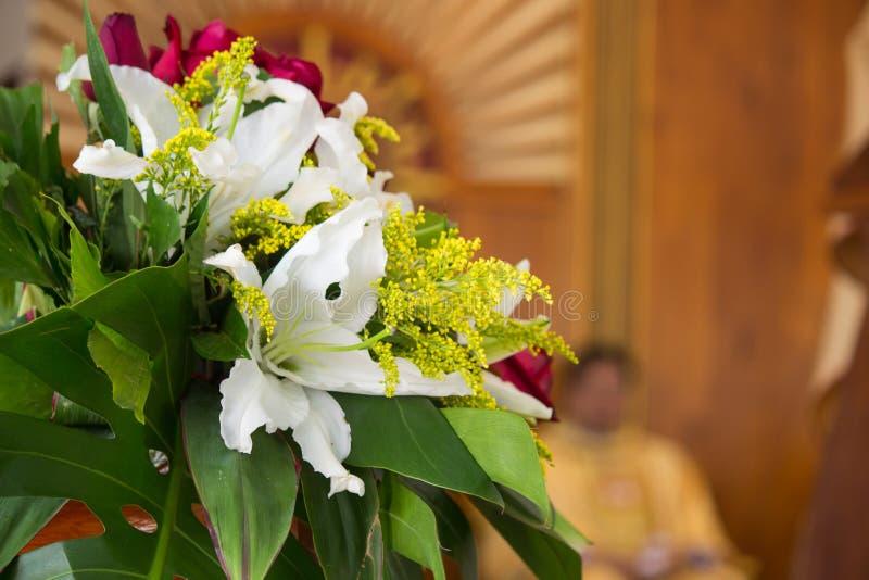 Διακόσμηση των λουλουδιών σε μια εκκλησία στοκ φωτογραφία