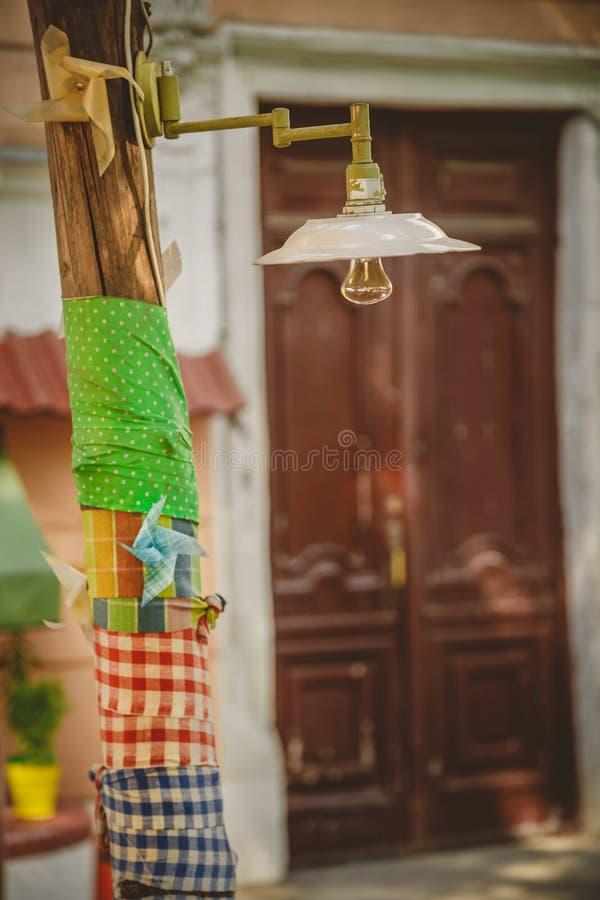 Διακόσμηση, υπαίθριος αναδρομικός εκλεκτής ποιότητας λαμπτήρας Ελαφριά ένωση σε ένα δέντρο Ντεκόρ φωτισμού στοκ φωτογραφία με δικαίωμα ελεύθερης χρήσης