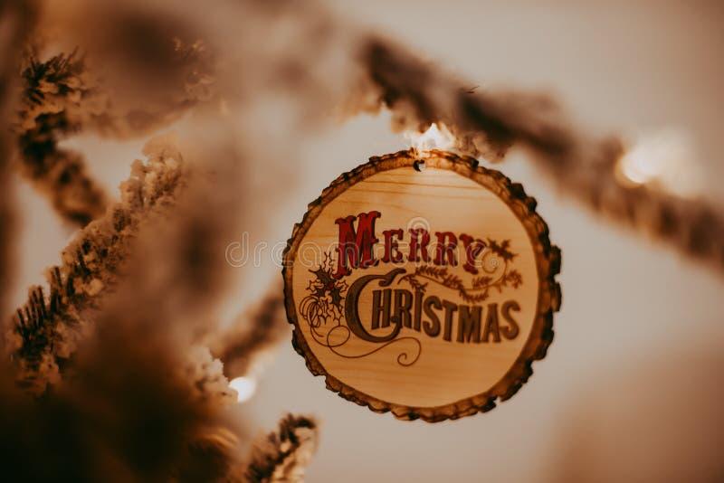 Διακόσμηση Χαρούμενα Χριστούγεννας στο δέντρο στοκ φωτογραφίες