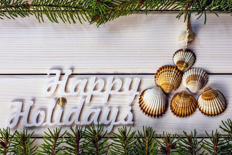 Διακόσμηση χειμερινών διακοπών με χριστουγεννιάτικο δέντρο από seashell, χειμερινές διακοπές στην έννοια του τροπικού προορισμού, στοκ εικόνες με δικαίωμα ελεύθερης χρήσης