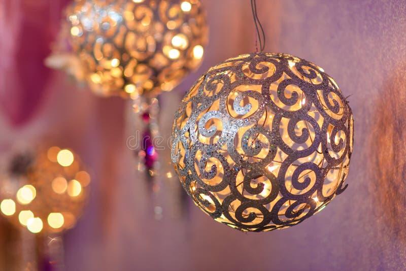 Διακόσμηση Χριστουγέννων: Διάφορες μεγάλες χρυσές σφαίρες στοκ εικόνα