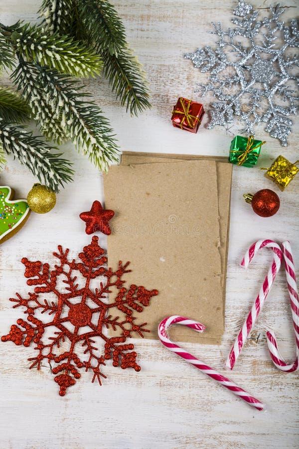 Διακόσμηση Χριστουγέννων και παλαιό έγγραφο για τον μπλε ξύλινο πίνακα Snowfla στοκ εικόνα με δικαίωμα ελεύθερης χρήσης