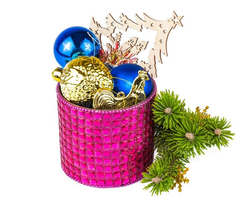 Διακόσμηση Χριστουγέννων και χριστουγεννιάτικο δέντρο κλαδίσκων στοκ εικόνες