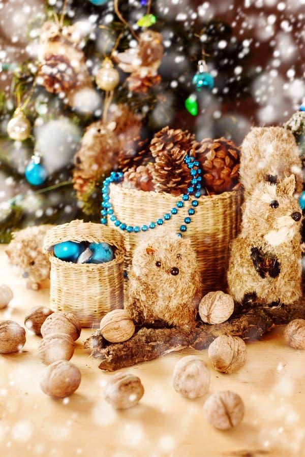 Διακόσμηση Χριστουγέννων με τα εκλεκτής ποιότητας χειροποίητα παιχνίδια στοκ εικόνες