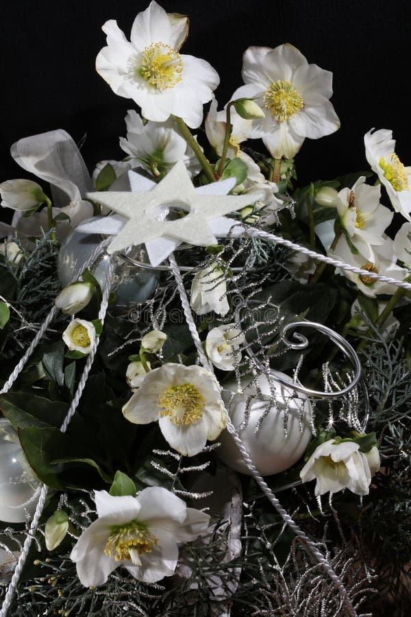 Διακόσμηση Χριστουγέννων με τα λουλούδια, τις σφαίρες και το δέντρο του FIR στοκ φωτογραφίες με δικαίωμα ελεύθερης χρήσης