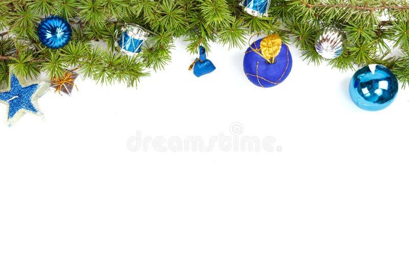 Διακόσμηση Χριστουγέννων με τα μπλε ornamentals και το πράσινο δέντρο έλατου στοκ εικόνες