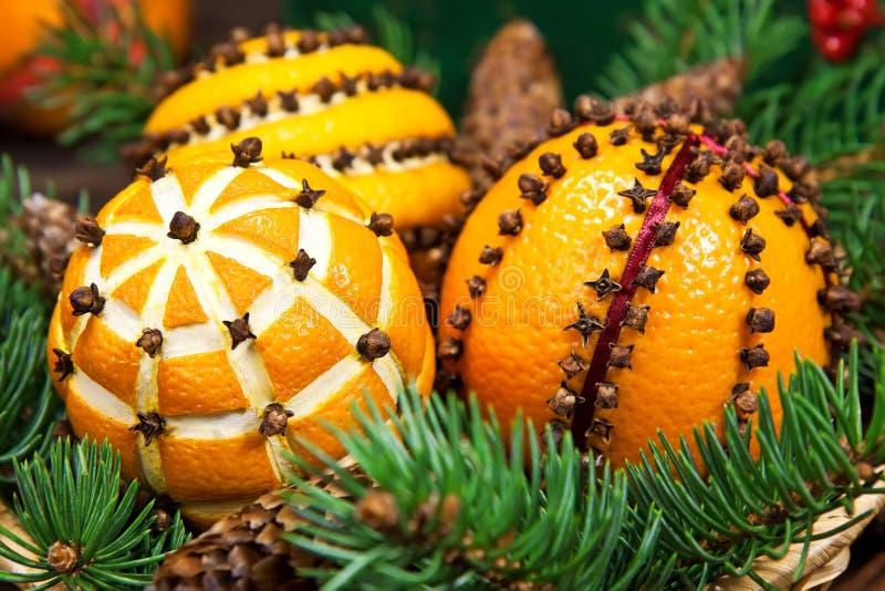 Διακόσμηση Χριστουγέννων με τα πορτοκάλια και το δέντρο έλατου στοκ φωτογραφία