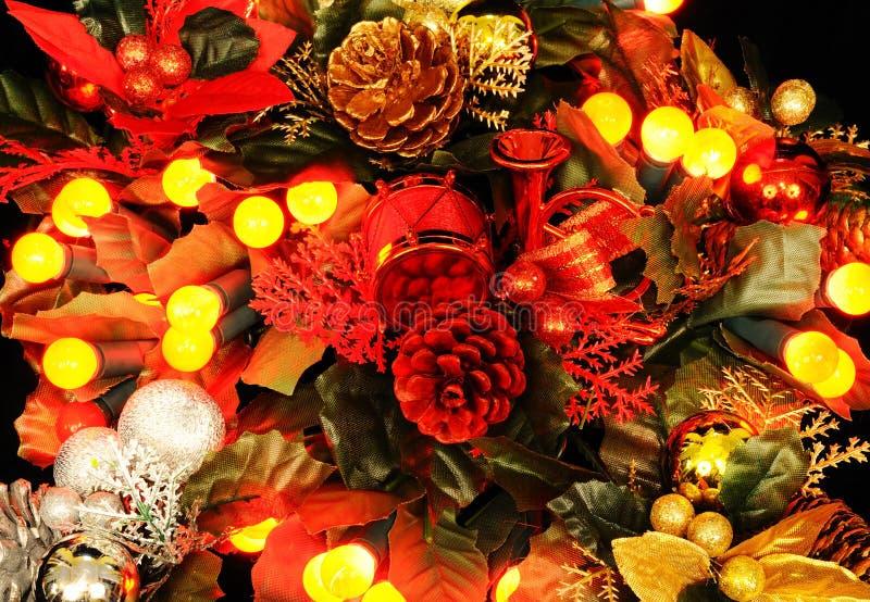 Διακόσμηση Χριστουγέννων με τα φω'τα μούρων στοκ εικόνα