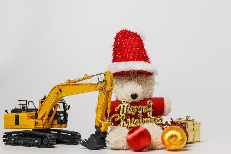 Διακόσμηση Χριστουγέννων με την κούκλα παιχνιδιών και το πρότυπο εκσκαφέων στοκ εικόνες