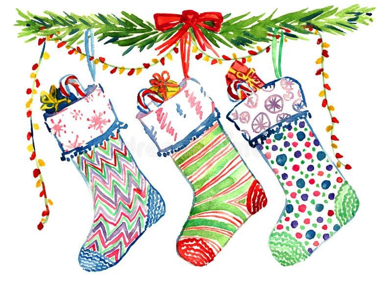 Διακόσμηση Χριστουγέννων με τους κλάδους δέντρων πεύκων, τις ριγωτές ζωηρόχρωμες κάλτσες και την κορδέλλα ελεύθερη απεικόνιση δικαιώματος
