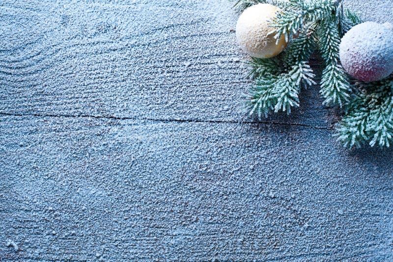 Διακόσμηση Χριστουγέννων με το έλατο και τα μπιχλιμπίδια. στοκ φωτογραφία