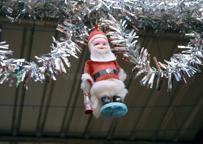 Διακόσμηση Χριστουγέννων με το παιχνίδι Άγιου Βασίλη στην εκκλησία της αποδοκιμασίας Kolkata Ινδία τόξων στοκ εικόνες