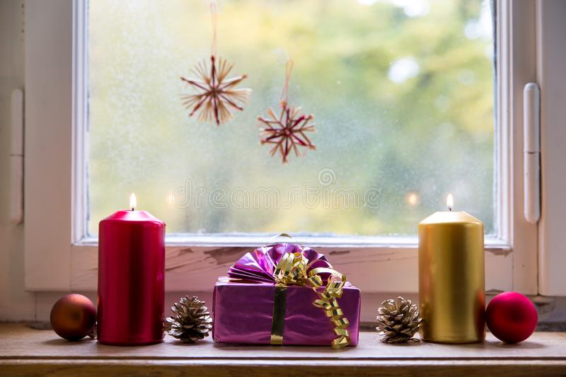 Διακόσμηση Χριστουγέννων μπροστά από ένα παράθυρο στοκ φωτογραφία με δικαίωμα ελεύθερης χρήσης