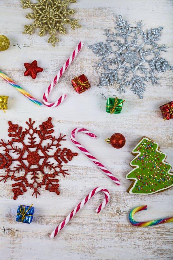 Διακόσμηση Χριστουγέννων σε έναν ξύλινο πίνακα Snowflakes, δώρα, cand στοκ φωτογραφίες με δικαίωμα ελεύθερης χρήσης