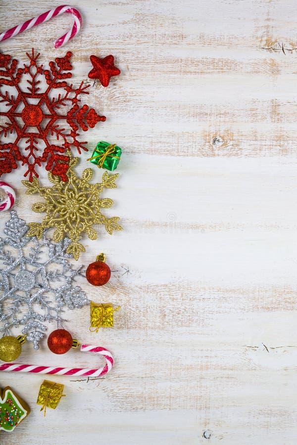 Διακόσμηση Χριστουγέννων σε έναν ξύλινο πίνακα Snowflakes, δώρα, cand στοκ εικόνα με δικαίωμα ελεύθερης χρήσης