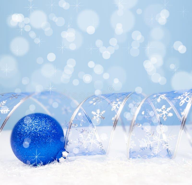 Διακόσμηση Χριστουγέννων σε ένα μπλε υπόβαθρο με το copyspace για το tex στοκ εικόνες
