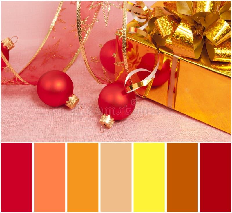 Διακόσμηση Χριστουγέννων σε μια κόκκινη παλέτα υποβάθρου και χρώματος στοκ εικόνες