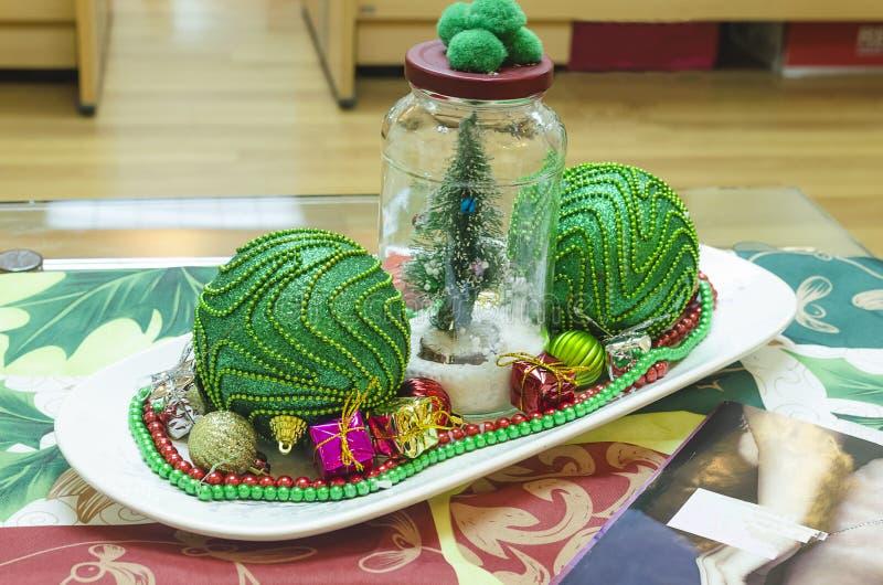 Διακόσμηση Χριστουγέννων στην αρχή πράσινος, κόκκινος και λαμπρός στοκ εικόνες
