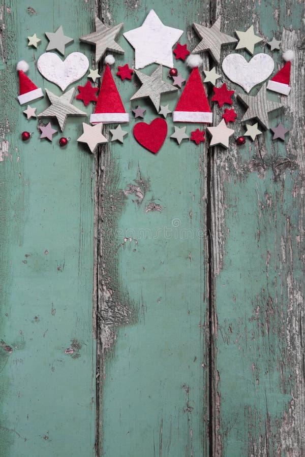 Διακόσμηση Χριστουγέννων στην κορυφή στο shabby πράσινο ξύλινο υπόβαθρο FO στοκ φωτογραφία με δικαίωμα ελεύθερης χρήσης