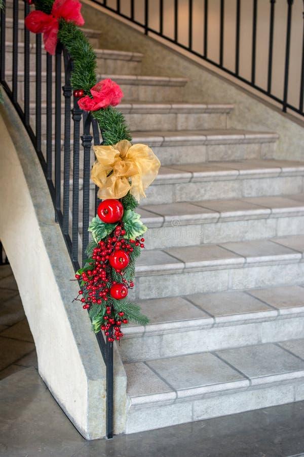 Διακόσμηση Χριστουγέννων στη σκάλα Εσωτερικό σχέδιο στοκ εικόνες με δικαίωμα ελεύθερης χρήσης