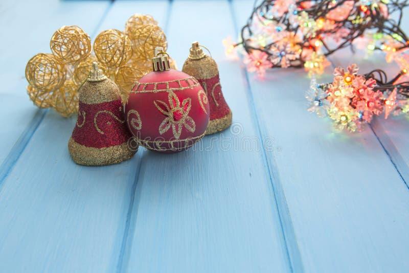 Download Διακόσμηση Χριστουγέννων στον παλαιό ξύλινο πίνακα Grunge Στοκ Εικόνες - εικόνα από σύσταση, δέντρο: 62720046
