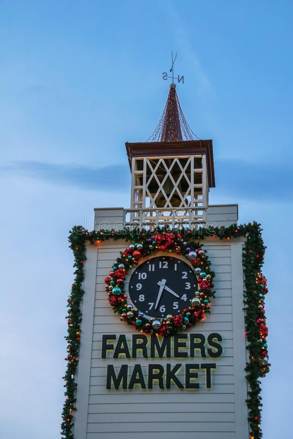 Διακόσμηση Χριστουγέννων στον πύργο κουδουνιών της αγοράς αγροτών στοκ φωτογραφία