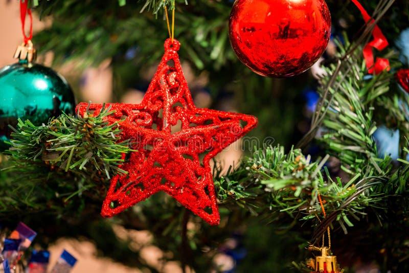 Διακόσμηση Χριστουγέννων στο έλατο, κόκκινη ένωση αστεριών όπως τη διακόσμηση επάνω στοκ εικόνες