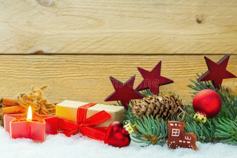 Διακόσμηση Χριστουγέννων στο χιόνι πριν από το ξύλο στοκ εικόνα με δικαίωμα ελεύθερης χρήσης
