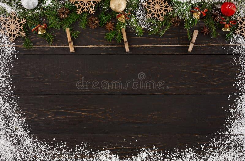 Διακόσμηση Χριστουγέννων, σχοινί σπάγγου με τους ξύλινους γόμφους ενδυμάτων και υπόβαθρο πλαισίων γιρλαντών στοκ εικόνες