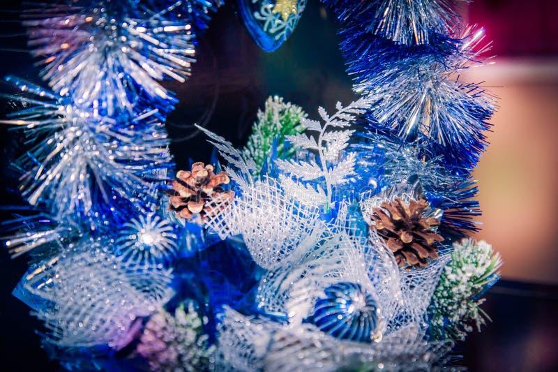 Διακόσμηση Χριστουγέννων της μπλε και ασημένιας γιρλάντας με τους κώνους πεύκων στοκ φωτογραφία με δικαίωμα ελεύθερης χρήσης