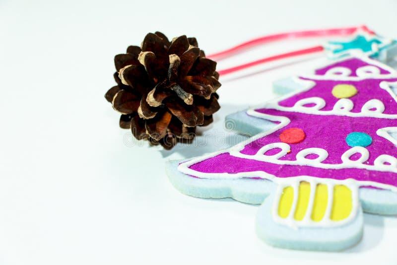 Διακόσμηση Χριστουγέννων υπό μορφή λίγο διακοσμημένος με τις γιρλάντες και τις σφαίρες ενός χριστουγεννιάτικου δέντρου σε ένα άσπ στοκ εικόνες με δικαίωμα ελεύθερης χρήσης