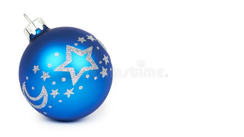 Διακόσμηση Cristmas, μπλε σφαίρα γυαλιού που απομονώνεται στο άσπρο υπόβαθρο Νέο αντικείμενο έτους διάστημα αντιγράφων, πρότυπο στοκ φωτογραφία με δικαίωμα ελεύθερης χρήσης