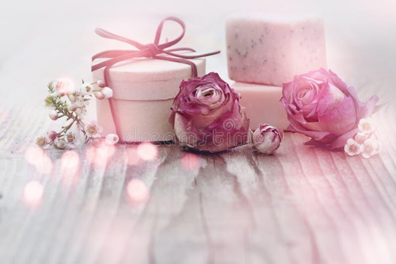 Διακόσμηση Wellness με ένα μικρό δώρο στοκ φωτογραφία με δικαίωμα ελεύθερης χρήσης