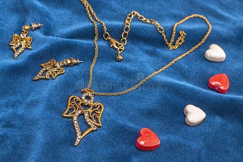Διαμάντι ημέρας βαλεντίνων, necklase, δώρο earings στοκ εικόνα με δικαίωμα ελεύθερης χρήσης