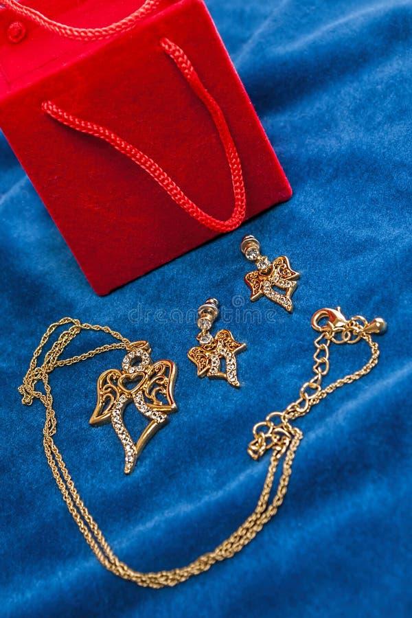 Διαμάντι ημέρας βαλεντίνων, necklase, δώρο earings στοκ εικόνες με δικαίωμα ελεύθερης χρήσης