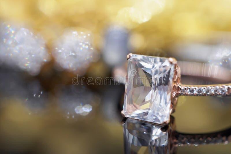 Διαμάντι κοσμήματος πολυτέλειας και ρόδινο δαχτυλίδι topaz με την αντανάκλαση στοκ εικόνα με δικαίωμα ελεύθερης χρήσης