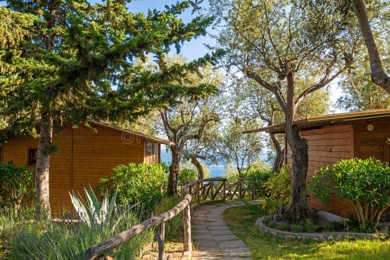 Διαμέρισμα διακοπών - ξύλινο εξοχικό σπίτι στο δάσος κοντά στη θάλασσα σπίτι στρατοπέδευσης στην Ιταλία στοκ εικόνα με δικαίωμα ελεύθερης χρήσης