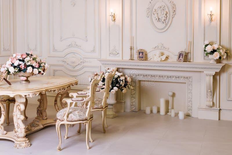 Διαμέρισμα πολυτέλειας, άνετο κλασικό καθιστικό Πολυτελές εκλεκτής ποιότητας εσωτερικό με την εστία στο αριστοκρατικό ύφος στοκ φωτογραφίες