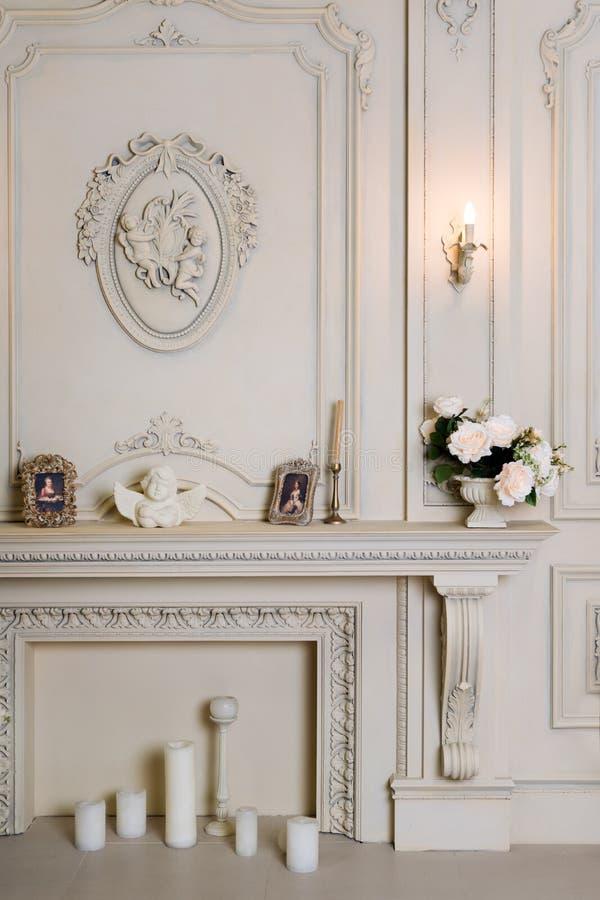 Διαμέρισμα πολυτέλειας, άνετο κλασικό καθιστικό Πολυτελές εκλεκτής ποιότητας εσωτερικό με την εστία στο αριστοκρατικό ύφος στοκ φωτογραφία με δικαίωμα ελεύθερης χρήσης