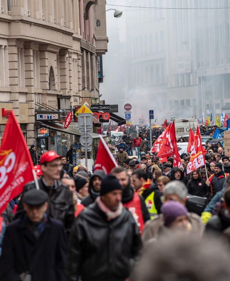 Διαμαρτυρία ενάντια στη γαλλική κυβερνητική σειρά Macron των μεταρρυθμίσεων μεγάλων στοκ εικόνα