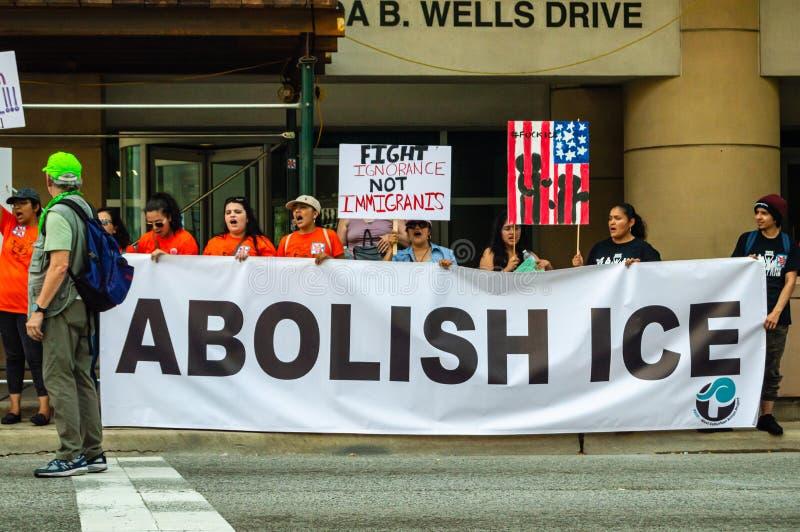 """Διαμαρτυρία ενάντια στο ICE και το τελωνείο και τα κέντρα κράτησης περιπόλου συνόρων Η ομάδα με το έμβλημα """"καταργεί του ICE """" στοκ εικόνα με δικαίωμα ελεύθερης χρήσης"""
