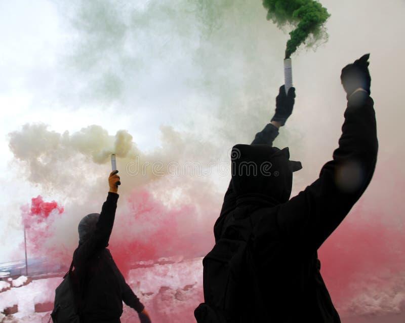 Διαμαρτυρία με τους διαμαρτυρομένους που ντύνονται στις μαύρες τηβέννους στοκ φωτογραφία με δικαίωμα ελεύθερης χρήσης